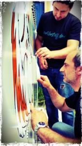 Volle Konzentration beim Aufbringen des Kunstwerks (Agazio Caré mit Mitarbeiter)